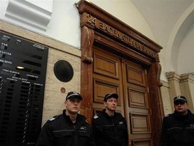 """Полицаи пред залата, където се гледа делото """"Борилски"""". СНИМКА: ЙОРДАН СИМЕОНОВ"""