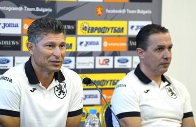На пресконференцията Красиир Балъков представи и новия си помощник в националния отбор Антон Велков (вдясно). СНИМКА: Десислава Кулелиева