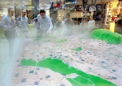 """Уникален интерактивен 3D макет на София, който показва замърсяването на въздуха в реално време, може да се види в """"Сердика Център"""".   СНИМКА: Снимки: Румяна Тонева"""