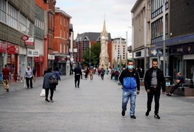 Жители на Лестър се разхождат на улица в британския град, който бе блокиран пак. СНИМКИ: РОЙТЕРС