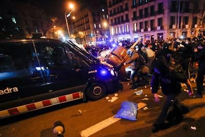 Задържането на Хасел във вторник предизвика сблъсъци по време на демонстрации в негова подкрепа в Барселона и други градове на Каталуня, които в сряда обхванаха и други части на страната, включително Мадрид. Снимка Ройтерс