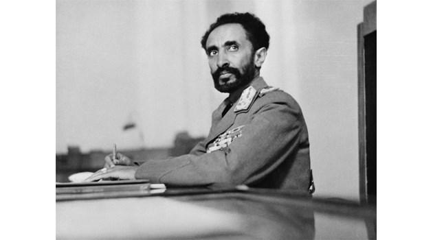 Наш посланик влиза с пълни гащи при етиопския император, след като един от домашните му лъвове го потупва с лапа по гърба