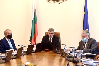 Премиерът Стефан Янев изчете позицията си за резултатите от изборите преди началото на заседанието на Министерския съвет.  СНИМКА: ВЕЛИСЛАВ НИКОЛОВ