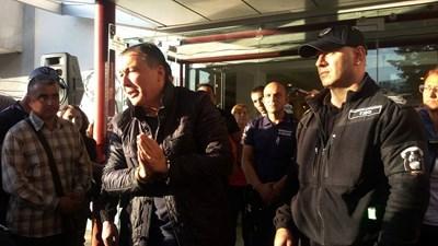 Вчера Николай Димитров бе отведен в кметството с белезници, закле се е отново го върнаха в ареста. Снимка: Елена Фотева
