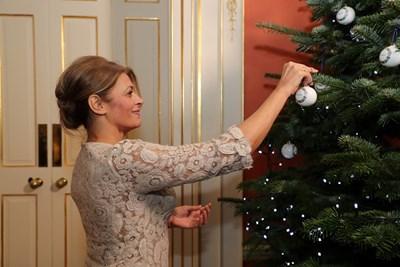 """Деси Радева до елхата на """"Даунинг стрийт""""10 Снимка: NEVENA Couture"""