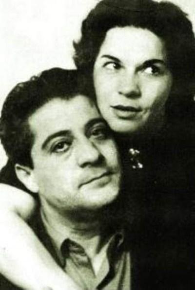 Актрисата имала много ухажьори, но си избира за мъж Нейчо Попов.