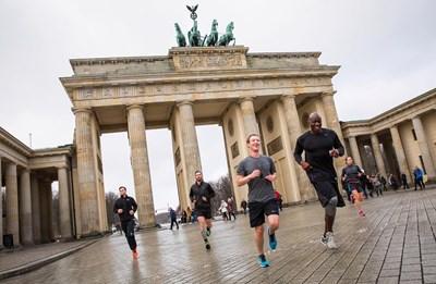 """Създателят на """"Фейсбук"""" Марк Зукърбърг бяга в Берлин през 2016 г. Той обяви пред милионната си аудитория в социалната мрежа, че иска да пробяга 365 мили за една година. """""""
