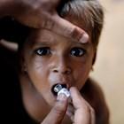 Дете от малцинството рохинги получава ваксина срещу холера, разпространявана от СЗО с помощта на доброволци в бежански лагер в Бангладеш.