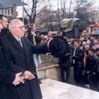 Почитатели посрещат бившия Първи.
