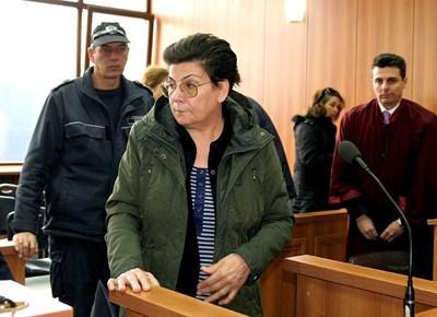 С прическа, грим и добър външен вид се появи в съдебната зала 66-годишната Иванка Ройдова. Тя отрече изцяло обвиненията, че е поръчала да бъде затрит родът .