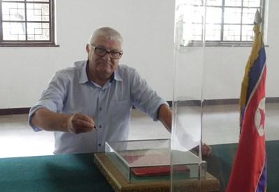 Петър Кънев разглежда договора за края на Корейската война, който е изложен в музея, създаден в демилитаризираната зона. СНИМКИ: АРХИВ НА ПЕТЪР КЪНЕВ