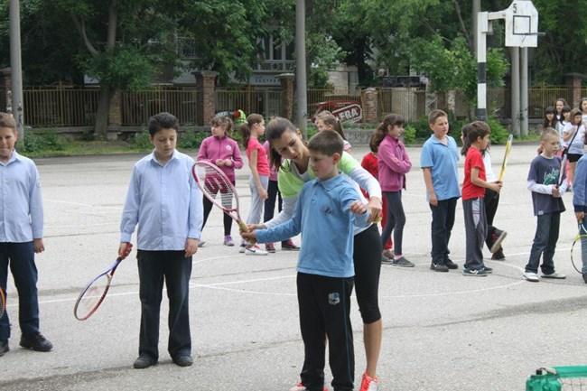 Александър - синът на  Пиронкова, вече играе тенис, но хванал топка, а не ракета на прощъпалника