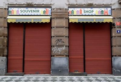 Много магазини в Прага са затворени заради кризата с коронавируса.
