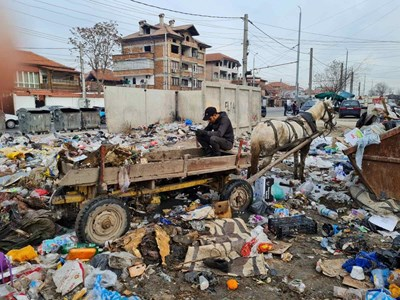 """Каруца, превозваща отпадъци в """"Столипиново""""."""