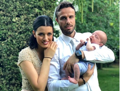 Ралица и Теодор са прегърнали едномесечния си син Максим.