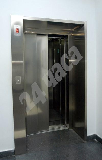 Смяната на вратите на всички асансьори с автоматични е европейско изискване. СНИМКА: 24 часа