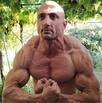 От тази снимка на Радостин Пулев, достъпна във Фейсбук, личи, че мъжът полага специални грижи за тялото си. СНИМКА: Личен архив