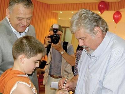 Стефан Данаилов дава автограф върху ръката на момче. Снимка: Наташа Манева