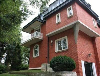 Къщата на Гяуров е декор за сериала и в нея живее психически разстроената героиня на Ваня Цветкова.