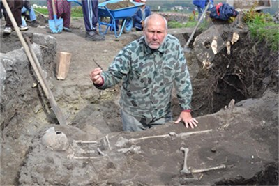 Николай Овчаров показва железният нож открит в гроба на поредния вампир от Перперикон. СНИМКА: 24 часа