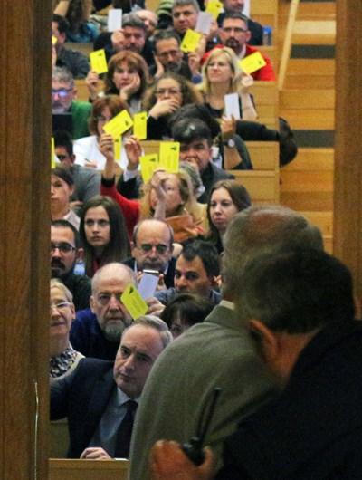 Ректорът проф. Анастас Герджиков и членовете на общото събрание гласуват журналистите да влязат на изборите. СНИМКА: Румяна Тонeва