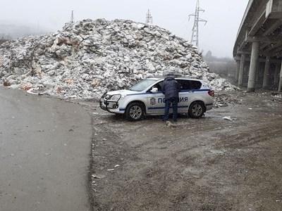 Полицаи на пост край депото за отпадъци. СНИМКА: Антоанета Маскръчка