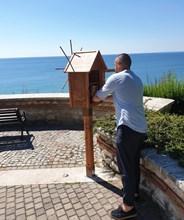 Малките библиотечки са разположени на емблематични места, за да провокират към четене местни и туристи.