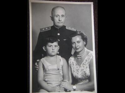 1956 г. Дафина и Тодор Тошеви със сина си Стефан след реабилитацията на генерала.  СНИМКА: ЛИЧЕН АРХИВ