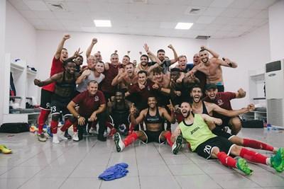 """Българският защитник Георги Пашов (отпред по средата) се радва в съблекалнята със съотборниците си от """"Арарат-Армения"""" след победата с 2:0 при гостуването на грузинския """"Сабуртало"""" в реванша от III предварителен кръг на Лига Европа. В първия мач арменският тим бе записал загуба с 1:2, но с общ резултат 3:2 продължава в последното препятствие преди групите - плейофната фаза. Пашов рита цял мач в Грузия и получи жълт картон. Снимка: фейсбук на """"Арарат-Армения"""""""