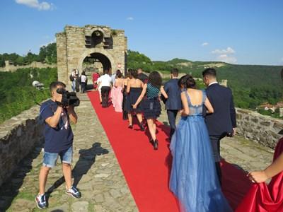 Абитуриентите на Велико Търново отново ще минат по червения килим