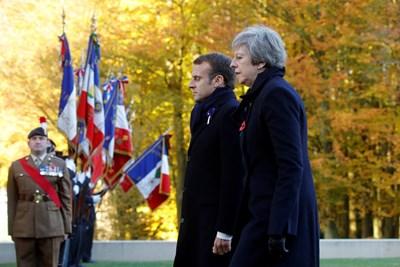 Мей и Макрон на мемориала в Трипвал, Франция СНИМКА: РОЙТЕРС