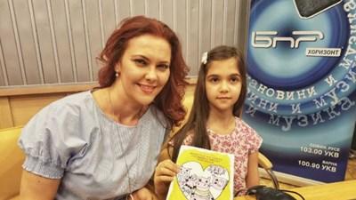 """Стела с майка си Светла Иванова в студиото на предаването """"12+3""""Снимка БНР"""