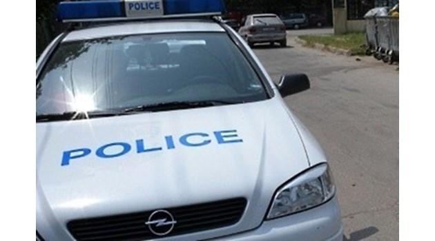 Неизвестен апаш срязал гумите на три автомобила в село Бели брод
