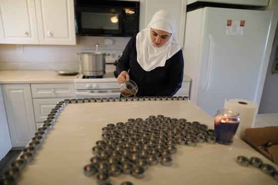 """""""Монахиня"""" изсипва в бурканчета масло от CBD на известната калифорнийска марка """"Сестрите от долината"""". През 2017 г. продажбите на псевдо монахините надхвърлиха $ 1,1 милиона."""