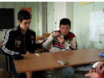 Обстановката не спира учениците от хазарт - използват дори и малките междучасия в школата, за да залагат.  СНИМКИ: СЕБАСТИАН ПИЕР