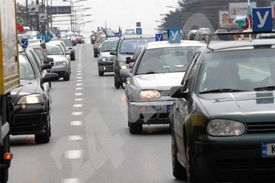 """Автошколите протестираха през 2010 г., през януари 2020 г. колите им пак бяха на улицата. Миналата седмица пет от организациите им отново изкараха учебни автомобили на площад """"Батенберг"""", заради промени в нормативната уредба, с които не са съгласни. СНИМКА: 24 часа"""