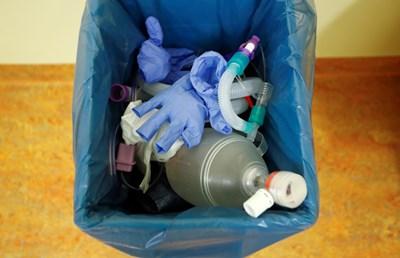 Отделете съд за отпадъци само от болни хора. СНИМКА: РОЙТЕРС