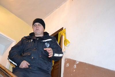 Апартаментът, в който е открит трупа на детето се охранява денонощно от полицай