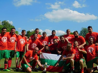 """Шампионите от """"България"""" се радват с купата. Снимки: фейсбук на """"България"""" (Хамбург)"""