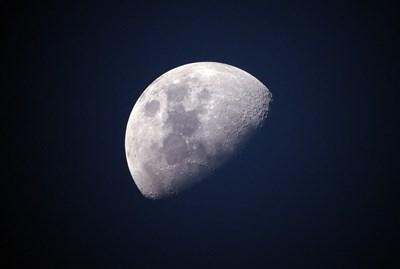 Откриха огромна метална маса на тъмната страна на Луната