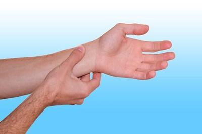 Правиллното ръчно засичане на пулса в китката се прави с показалец и безименен пръст, не с палеца, който има собствена пулсация. СНИМКА: PIXABAY
