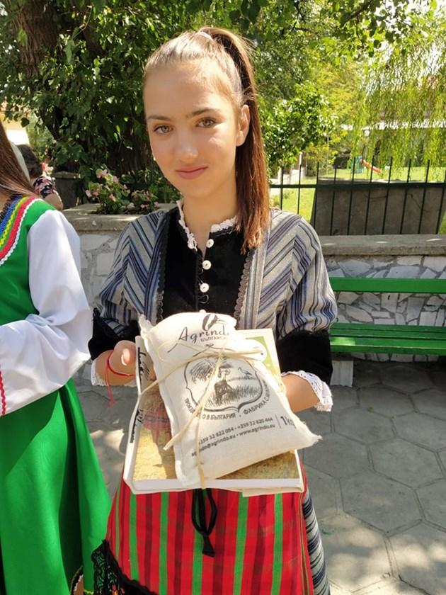 Девойка показва ориза, който подари на Румен Радев.