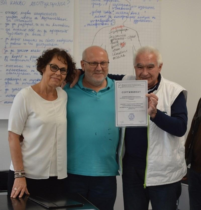 """Полските терапевти Анна Швед и Анджей Майхер връчиха сертификат за преминато обучение за цялата клиника """"Суходол"""" на нейния директор Владимир Николов."""