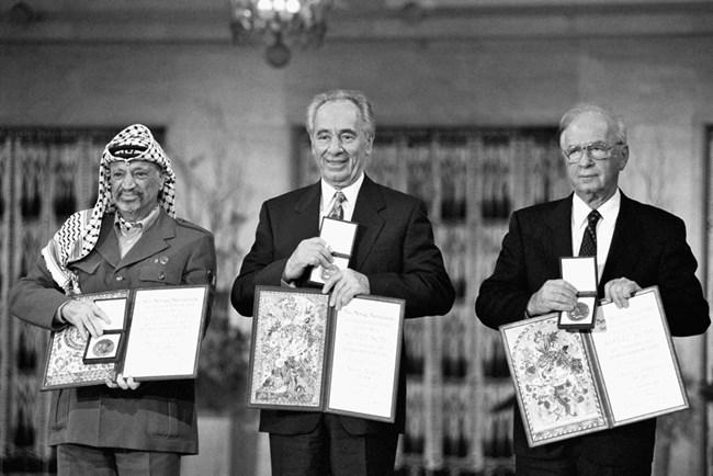 С министър-председателя Ицхак Рабин и президента на Палестинската автономия Ясер Арафат при получаването на Нобеловата награда за мир през октомври 1994 г. Саар Яков/GPO