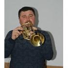 Поп Славейко посреща с тромпет