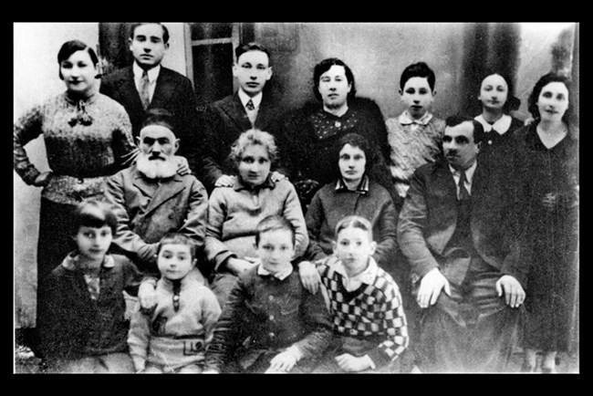 Дядо ми Мелцер и неговите потомци във Вишнево, Полша, 1932. Аз съм третият отляво надясно, на най-задния ред. GPO