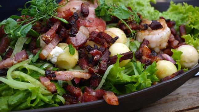 Свежа салата с бекон и авокадо