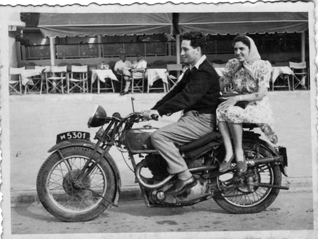 Младоженци със Соня в Тел Авив, май 1945 г. Архив на Шимон Перес