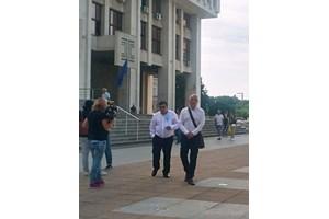 Бенчо Бенчев / в ляво/ пристига в съда.