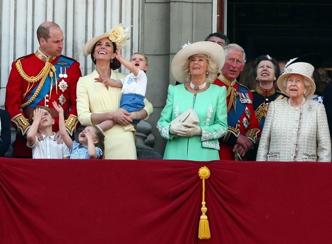Уилям и Кейт с трите си деца, Камила, Чарлз и кралице Елизабет Снимки: Ройтерс